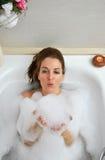 Vrouw het baden met heel wat schuim stock fotografie