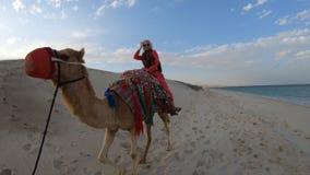 Vrouw het berijden kameel stock footage