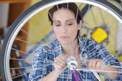 Vrouw het bevestigen toestel op fiets Royalty-vrije Stock Foto's