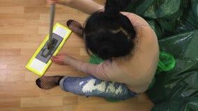 Vrouw het bevestigen zwabber op vloer stock footage