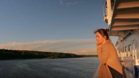 Vrouw het bewonderen zonsondergang van dek van cruiseschip stock footage