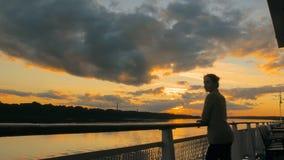 Vrouw het bewonderen zonsondergang van dek van cruiseschip Stock Afbeeldingen