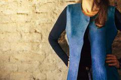 Vrouw in het blauwe vest stellen stock afbeeldingen