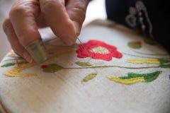 Vrouw het borduren Royalty-vrije Stock Foto's