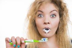 Vrouw het borstelen schoonmakende tanden royalty-vrije stock foto's