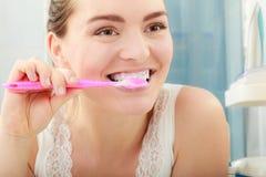 Vrouw het borstelen schoonmakende tanden Mondelinge hygiëne royalty-vrije stock foto's