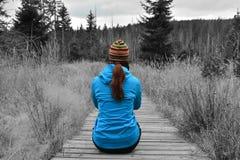 Vrouw in het bos stock afbeelding