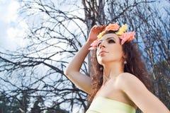 Vrouw in het bos Stock Afbeeldingen