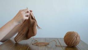 Vrouw het breien bij een houten lijst stock videobeelden
