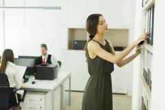 Vrouw in het bureau royalty-vrije stock fotografie