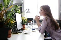 Vrouw in het bureau stock afbeelding