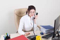 Vrouw in het bureaubegin aan wijzerplaat Royalty-vrije Stock Foto's