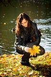 Vrouw in het de herfstpark Royalty-vrije Stock Fotografie