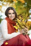 Vrouw in het de herfstpark Stock Fotografie