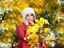Vrouw in het de herfstpark Royalty-vrije Stock Afbeelding