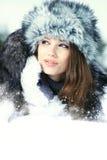 Vrouw in het de winterlandschap royalty-vrije stock afbeelding