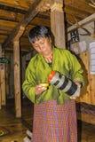 Vrouw het dienen aronskelken uit Bhutan royalty-vrije stock fotografie