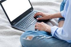 Vrouw het doorbladeren laptop online het winkelen het witte scherm royalty-vrije stock fotografie