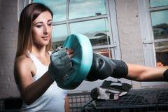 Vrouw het in dozen doen opleiding bij de gymnastiek Stock Afbeelding