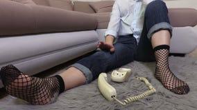 Vrouw het draaien aantal op retro telefoon stock videobeelden