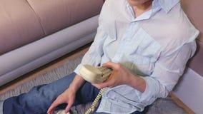 Vrouw het draaien aantal op retro telefoon dicht omhoog stock video