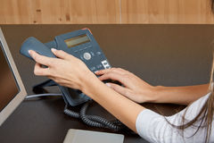 Vrouw het draaien op een telefoon Stock Foto