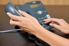 Vrouw het draaien op een telefoon Stock Foto's
