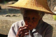 Vrouw in het Drijven Markt, Thailand Stock Afbeeldingen