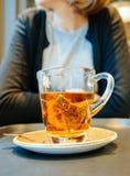 Vrouw het drinken beste smakelijke hete thee in comfortabele koffie stock foto