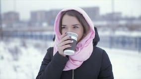 Vrouw het drinken cappuccinokoffie van een document kop stock footage