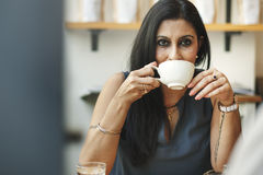 Vrouw het Drinken de Ontspanningsconcept van de Koffiewinkel Stock Afbeeldingen
