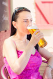 Vrouw het drinken in een biertuin Royalty-vrije Stock Afbeeldingen