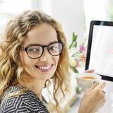 Vrouw het Drinken het Gelukconcept van de Theepauzeontspanning royalty-vrije stock afbeeldingen