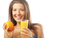 Vrouw het drinken jus d'orange royalty-vrije stock afbeelding