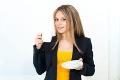 Vrouw het drinken koffie Stock Afbeeldingen