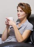 Vrouw het drinken koffie Royalty-vrije Stock Foto's