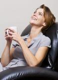 Vrouw het drinken koffie Stock Foto's