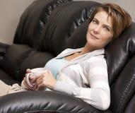 Vrouw het drinken koffie Royalty-vrije Stock Afbeelding
