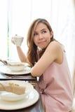Vrouw het drinken koffie bij de lijst Royalty-vrije Stock Fotografie