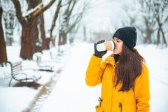 Vrouw het drinken koffie buiten in parkportret drank om te gaan Bloem in de sneeuw In botton, de Braziliaanse Selectie (Selecao) royalty-vrije stock afbeeldingen