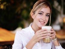 Vrouw het drinken koffie in de ochtend bij restaurant royalty-vrije stock foto's