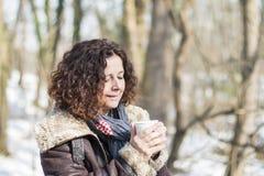 Vrouw het drinken koffie in de winter stock foto's