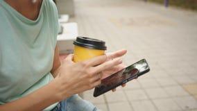 Vrouw het drinken koffie en het bekijken telefoon stock videobeelden