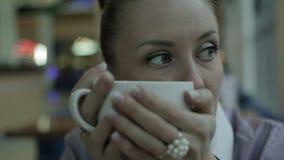 Vrouw het drinken koffie Het jonge vrouw heet genieten van stock video