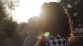 Vrouw het drinken koffie Het jonge vrouw heet genieten van stock footage