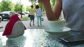Vrouw het drinken koffie op koffie De glazen zijn dichtbij de kop stock footage