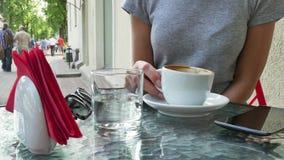 Vrouw het drinken koffie Smartphone is dichtbij de kop stock video