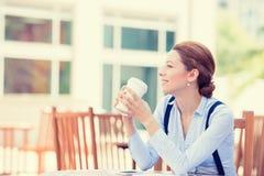 Vrouw het drinken koffie in zonzitting openlucht Stock Foto