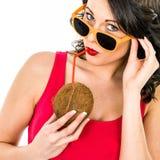 Vrouw het Drinken Kokosmelk door een Stro stock fotografie