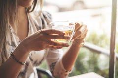 Vrouw het drinken thee bij koffie met zonsopgang die binnen door venster stromen en tot gloed leiden in de lens royalty-vrije stock afbeelding